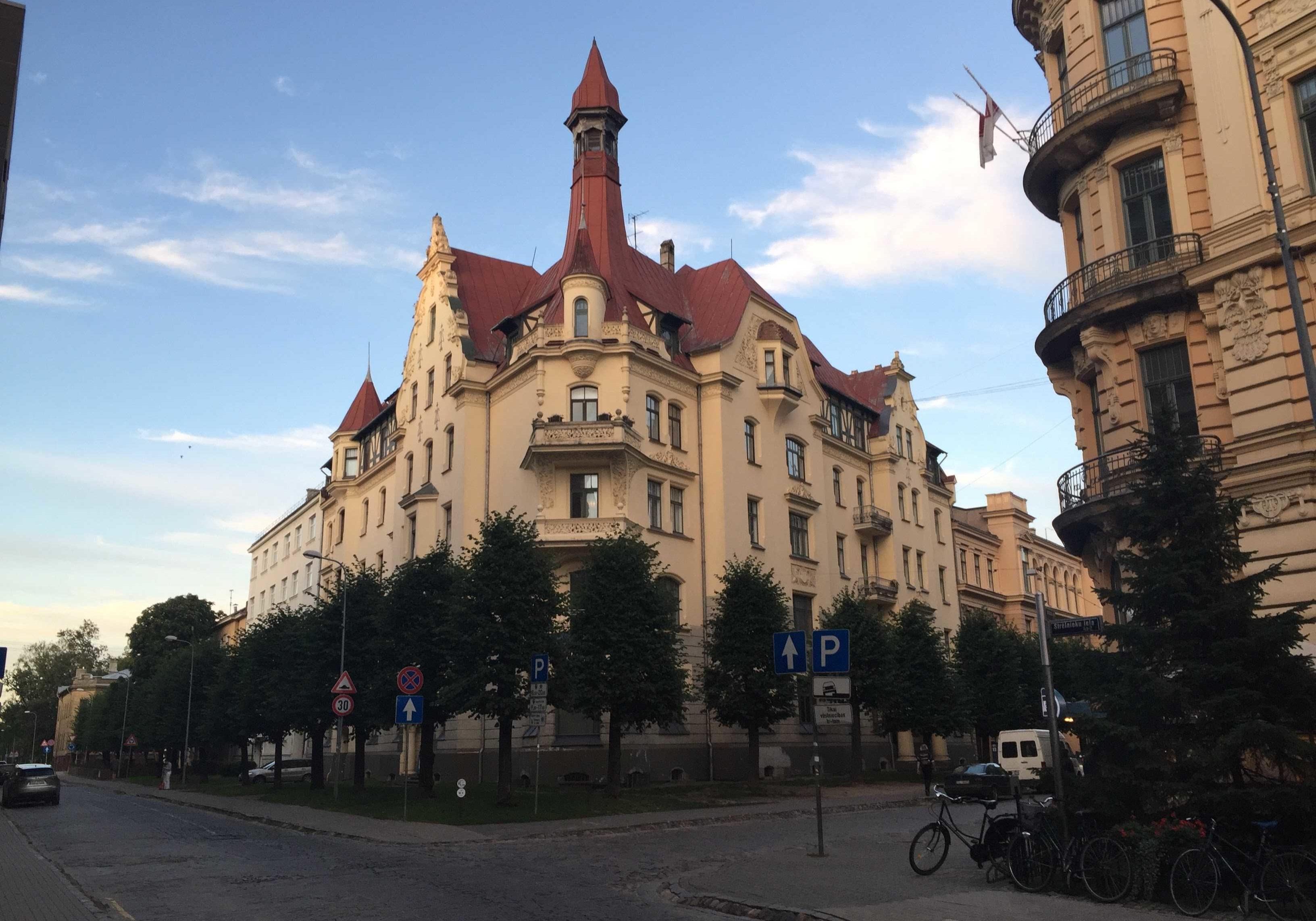 Ekskluzīvas ēkas Rīgas klusajā centrā ar lielisku novietojumu.